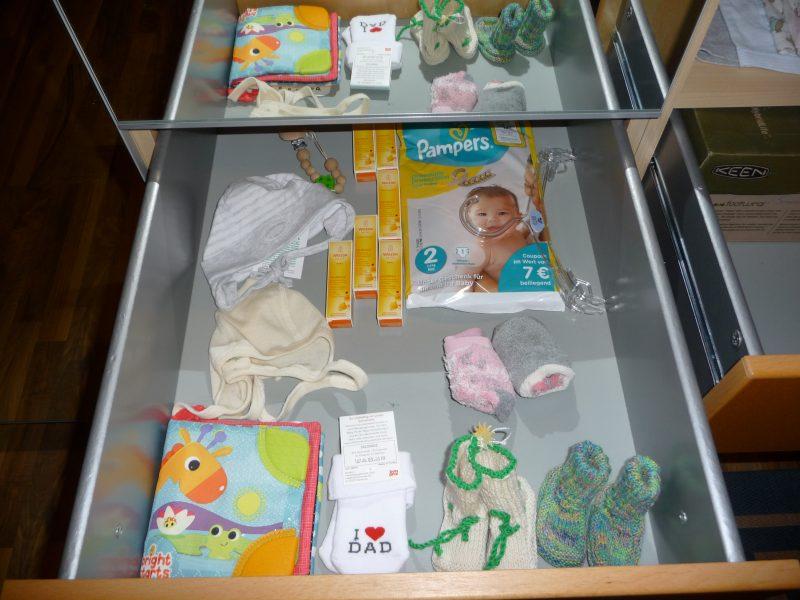 Bild: Geöffnete Schublade mit Babysachen