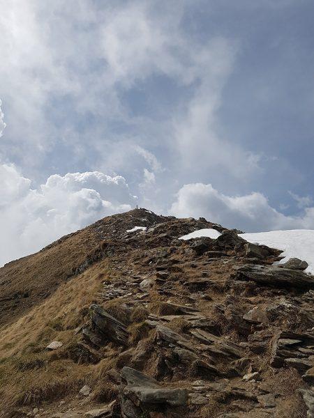 Bild: steiniger Weg zum Gipfel