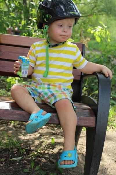 Foto: Kleiner Junge mit Down Syndrom
