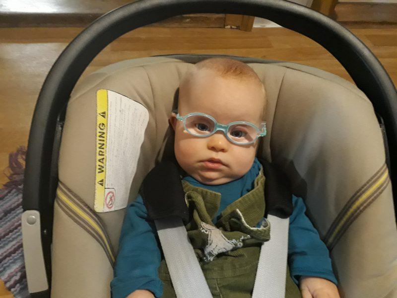 Baby trägt jetzt Brille