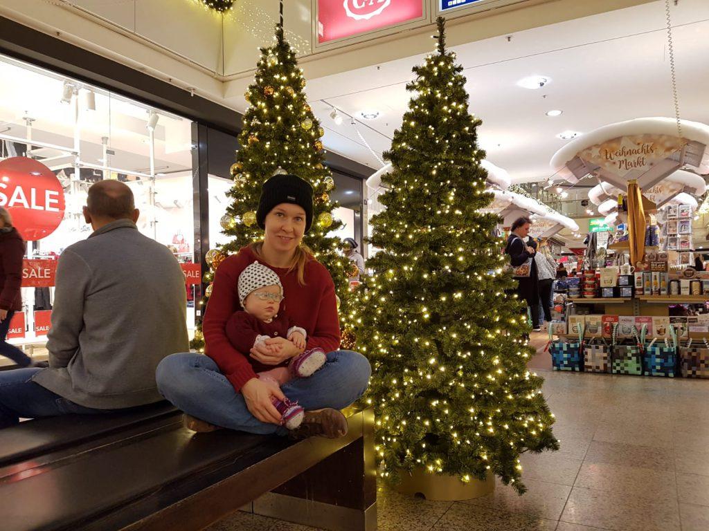 Baby im Shoppingcenter