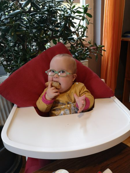 Ronja isst Brötchen