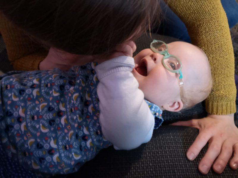 Ronja greift ihrer Mama ins Gesicht