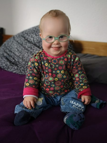 Baby Ronja lacht