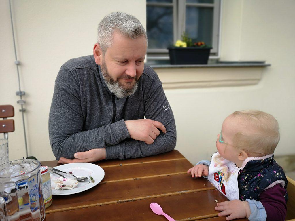 Ronja und Papa im Biergarten