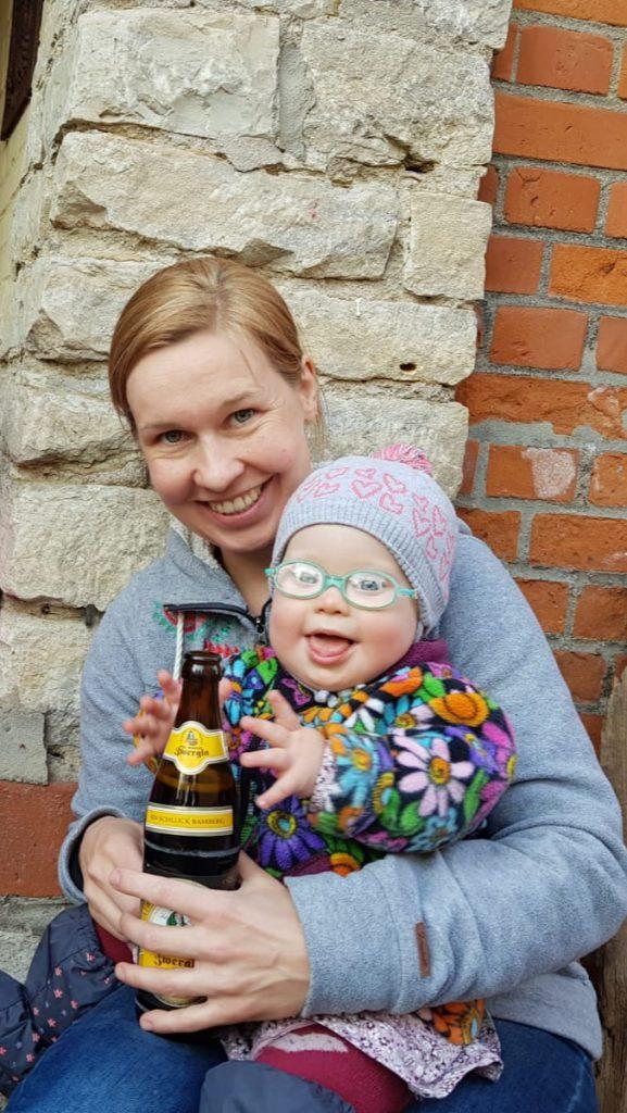Bild: Ronja mit Bierflasche