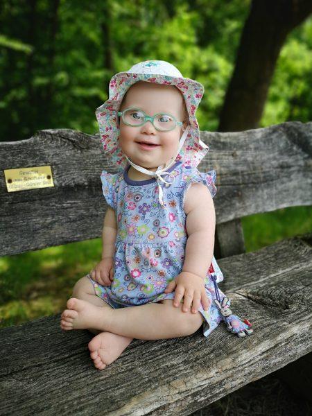 Ronja lachend auf der Bank