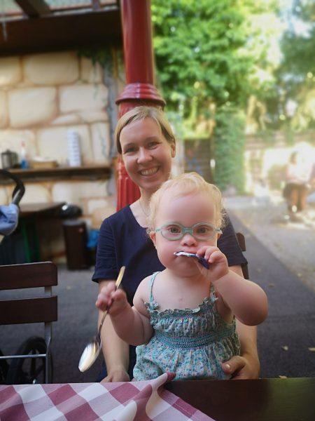 Ronja und Mama im Biergarten