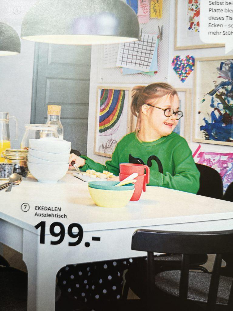 Foto aus Ikea-Katalog: Mädchen mit Down Syndrom
