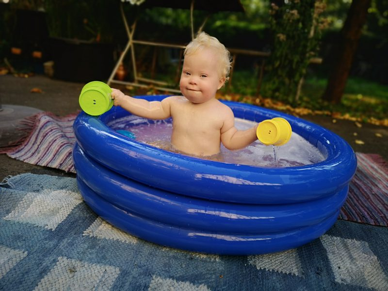 Kind mit Trisomie 21 im Pool