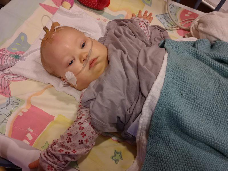 Baby mit Down Syndrom im Krankenhaus