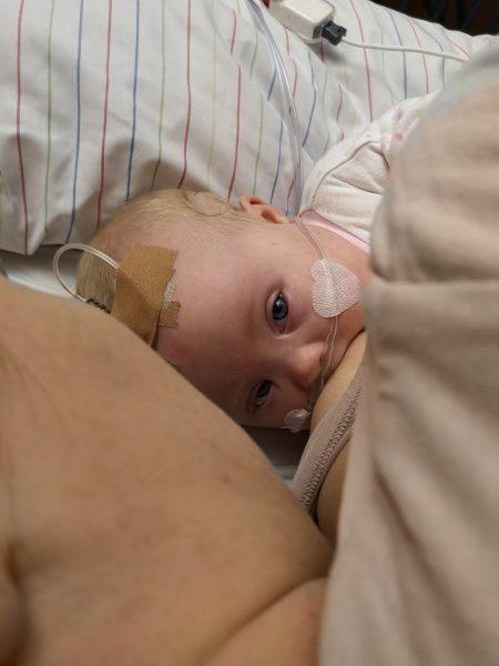 Baby mit Down Syndrom wird gestillt