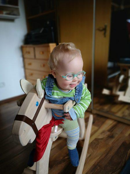 Baby auf Schaukelpferd