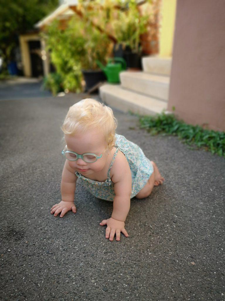 Baby mitDown Syndrom krabbelt