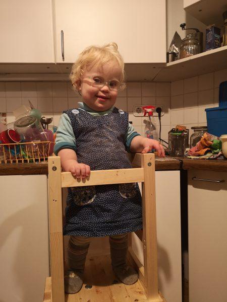 Ronja in der Küche