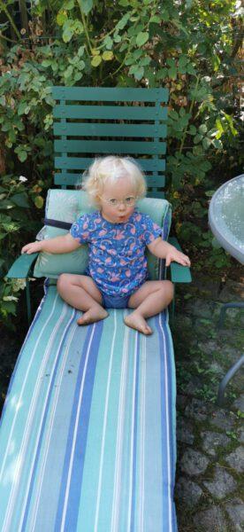 Ronja sitzt im Gartenstuhl