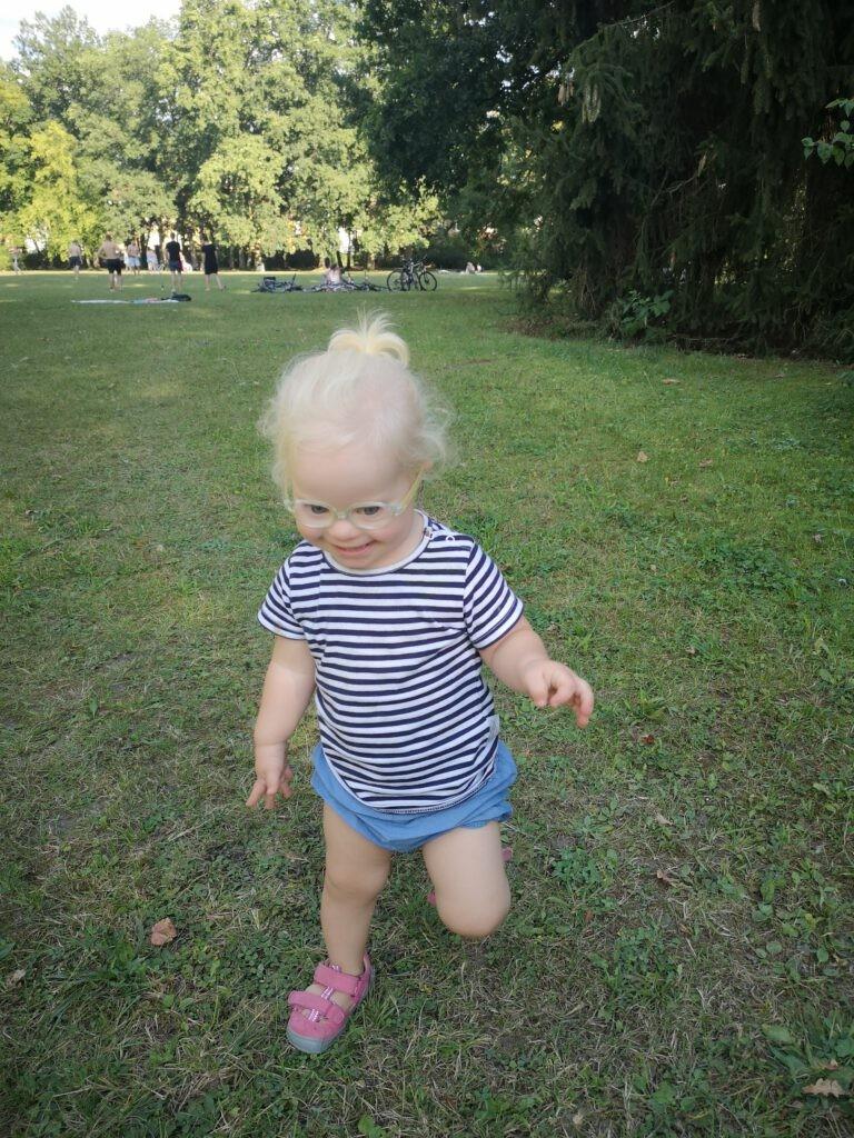 Mädchen mit Down Syndrom rennt