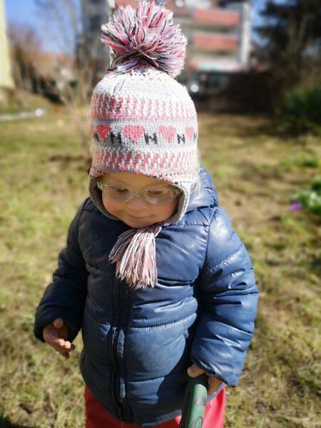Porträt von Ronja im Garten