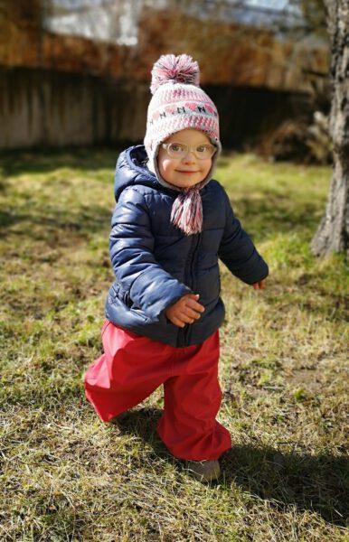 Ronja läuft im Garten herum