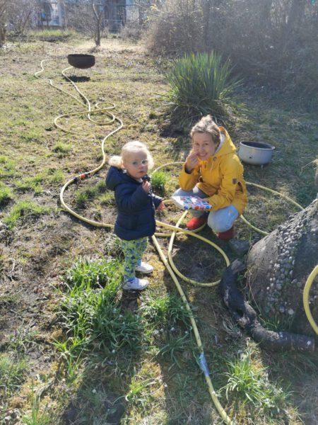 Ronja und ihre Mutter im Garten