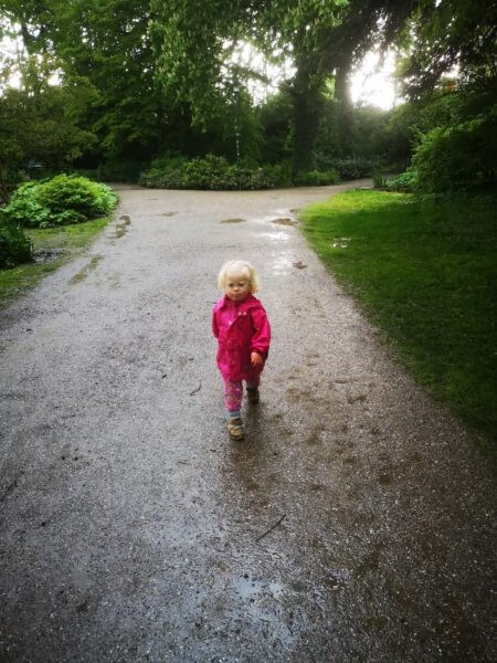 Ronja läuft auf einem Weg im Park
